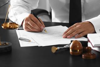 By wziąć udziału w licytacji, pracownik musi mieć pełnomocnictwo potwierdzone przez notariusza
