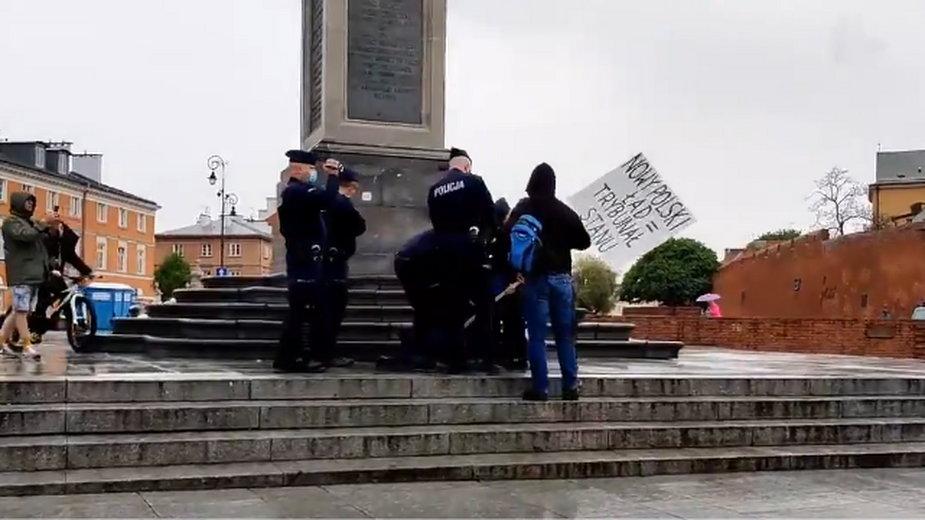 Kadr z nagrania, które krąży w internecie. Zatrzymanie protestującego pod kolumną Zygmunta