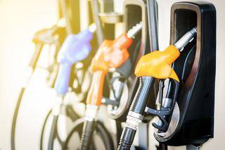 Przepisem strzelają w drogą benzynę. Cena ropy na świecie spada, na stacjach nie