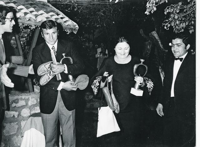 """Velimir - Bata Živojinović, Živka Matić i vlasnik Kokan Mandić 1972. u bašti """"Amerikanca"""""""