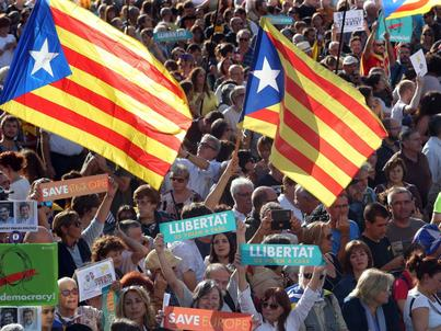 Protest w Barcelonie przeciwko planom Madrytu dot. ograniczenia autonomii Katalonii