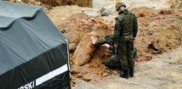 Robotnicy wykopali bombę, a potem ją... zakopali. Obok gazociągu