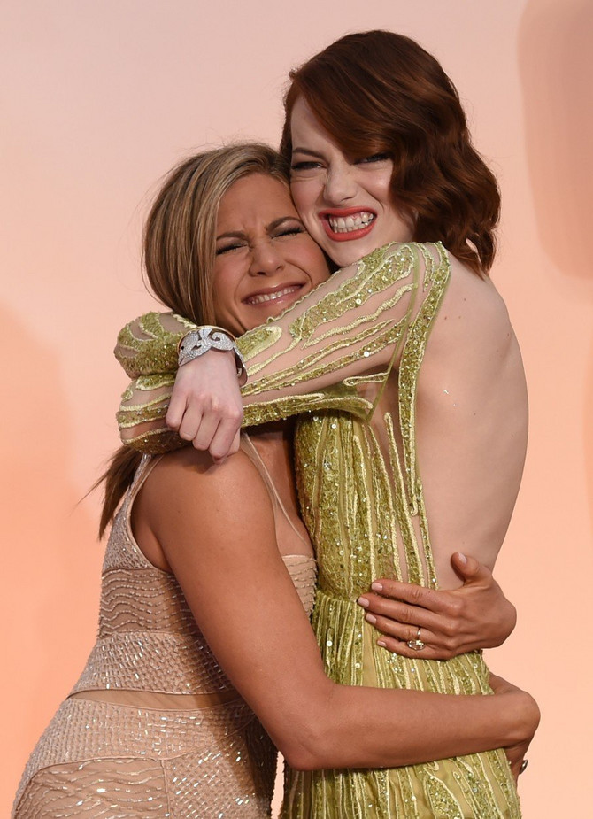 Ema Stoun i Dženifer Aniston na dodeli Oskara 2015. godine