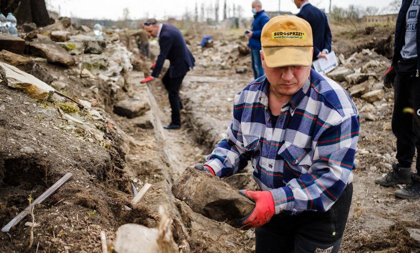 Poszukiwanie żydowskich nagrobków przy ulicy Sieleckiej w Będzinie