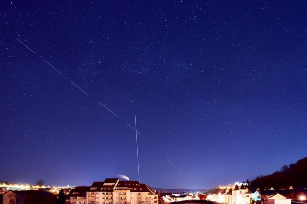 Satelity Starlink na niebie