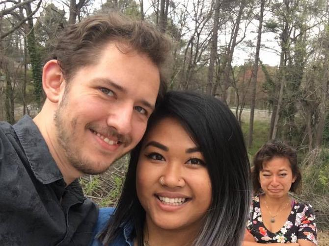 Objavio je verenički selfi i zapanjio svet! Čekajte, šta radi ona žena iza njih?