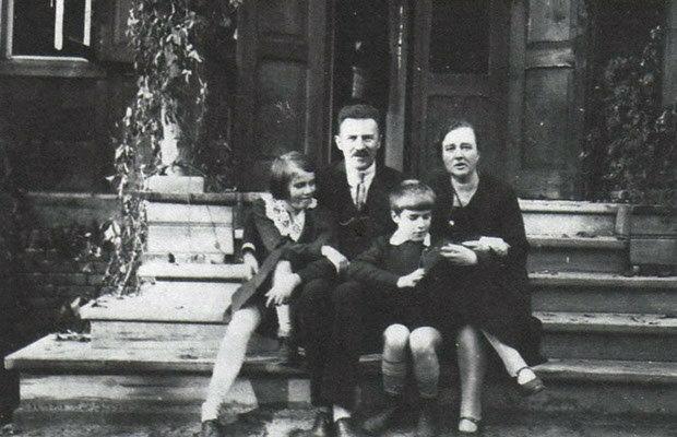 Rodzina Zawadzkich w swoim domu w Zalesiu Dolnym