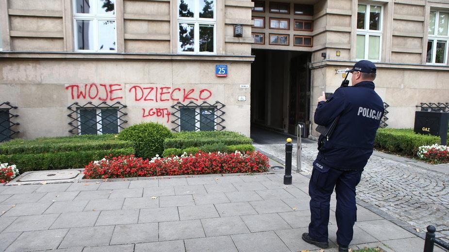 Napisy na fasadzie Ministerstwa Edukacji Narodowej - imiona dzieci LGBT, które popelniły samobójstwo