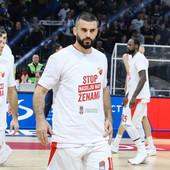 LEPE SLIKE SA DERBIJA Košarkaši Partizana i Crvene zvezde zajedničkim gestom poslali SJAJNU PORUKU