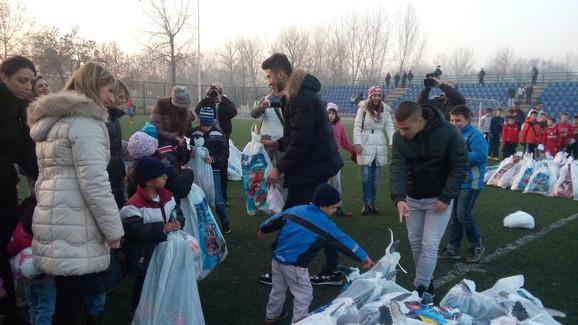 Marko Grujić deci deli paketiće