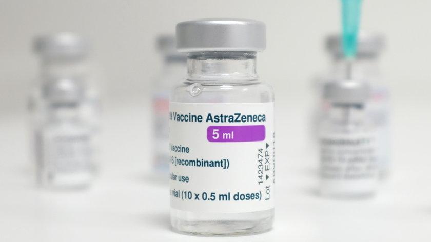 """Druga taka decyzja w Europie. """"Zalecamy, aby szczepionka AstraZeneca została usunięta z programu szczepień"""""""