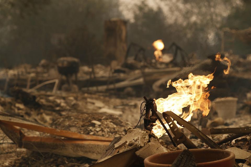 Resztki spalonego domu w Santa Rosa