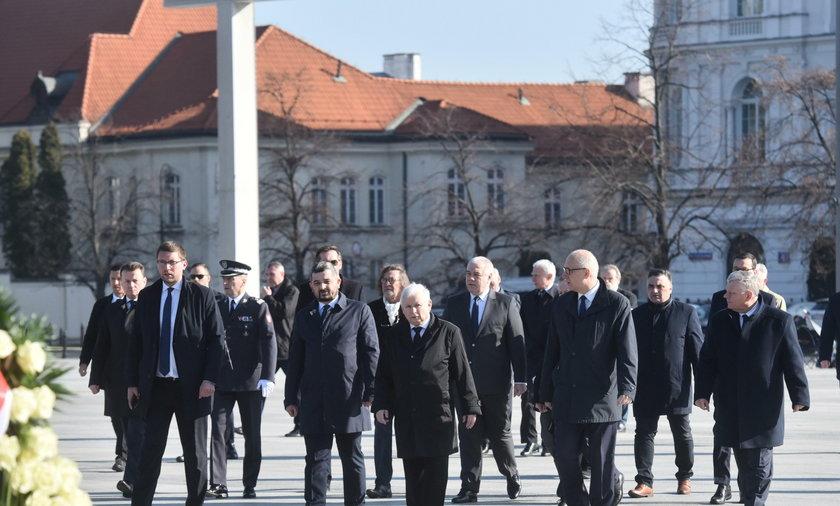 Politycy pod pomnikiem Lecha Kaczyńskiego w Warszaw