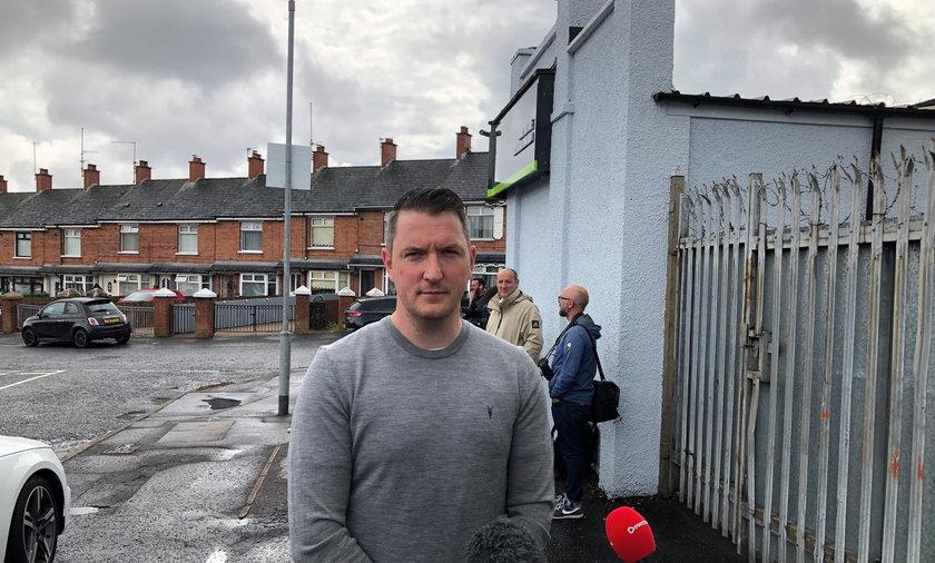 Tragedia rozegrała się w jednym z domów szeregowych. Sprawa nabrała takiego rozgłosu, że zainteresowali się nią politycy. Na zdjęciu John Finucane z Sin Fein w trakcie rozmowy z dziennikarzami.