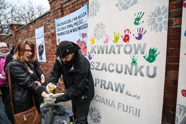 """""""Ściana furii"""" przed siedzibą PiS"""