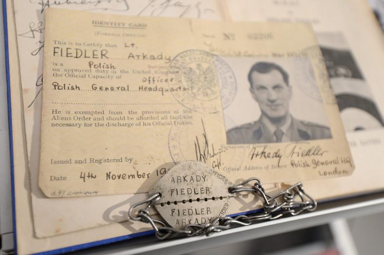"""Pamiątki po Arkadym Fidlerze, autorze książki """"Dywizjon 303"""", zaprezentowane podczas pierwszej konferencji prasowej poświęconej międzynarodowej produkcji filmu """"Dywizjon 303"""""""