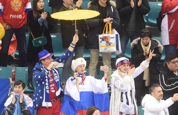 Radost ruskih navijača posle olimpijske titule u hokeju