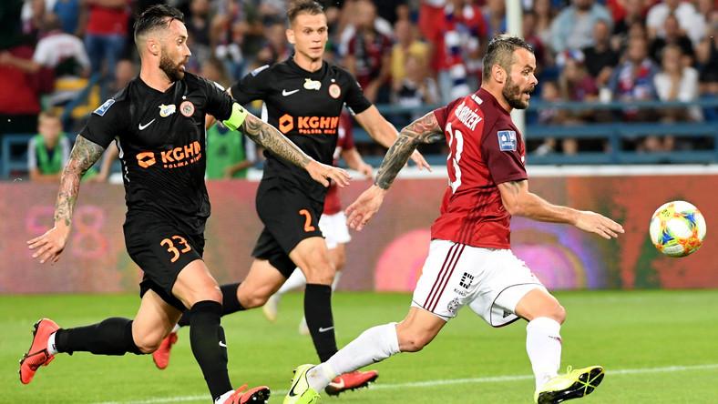 Piłkarz Wisły Kraków Paweł Brożek (P) i Lubomir Guldan (L) z KGHM Zagłębia Lubin podczas meczu Ekstraklasy