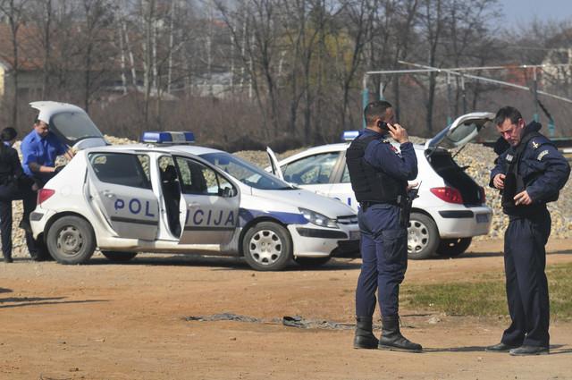 Policija na terenu u potrazi za dokazima