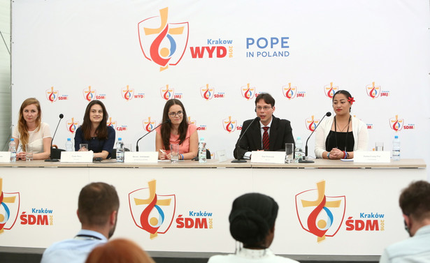 Konferencja młodzieży uczestniczącej w obiedzie z papieżem Franciszkiem.