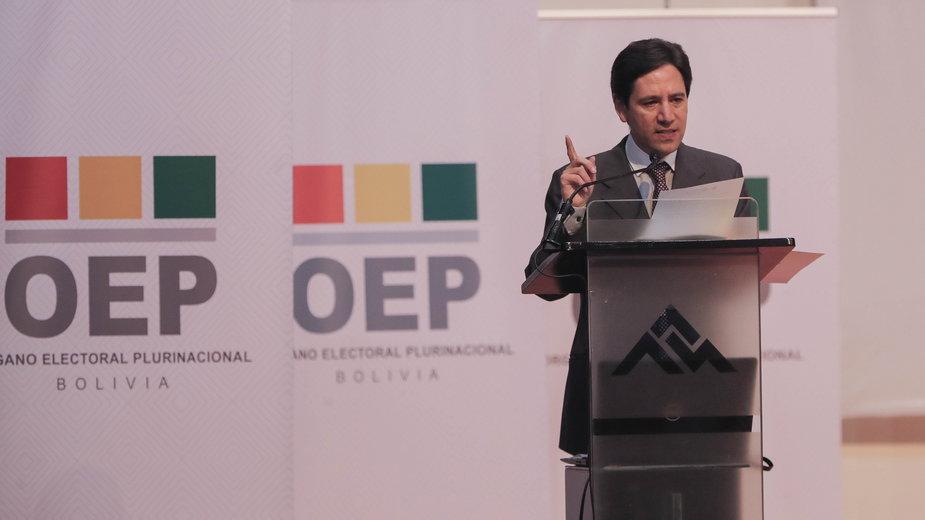 Przewodniczący Najwyższego Trybunału Wyborczego (TSE) Boliwii Salvador Romero (C) przedstawia ostateczne wyniki wyborów. La Paz w Boliwii