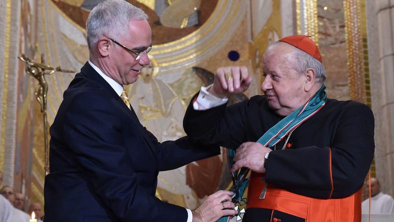 Kardynał Stanisław Dziwisz (P) odbiera z rąk węgierskiego ministra zasobów ludzkich Zoltána Baloga (L) Wielki Krzyż Orderu Zasługi Węgier