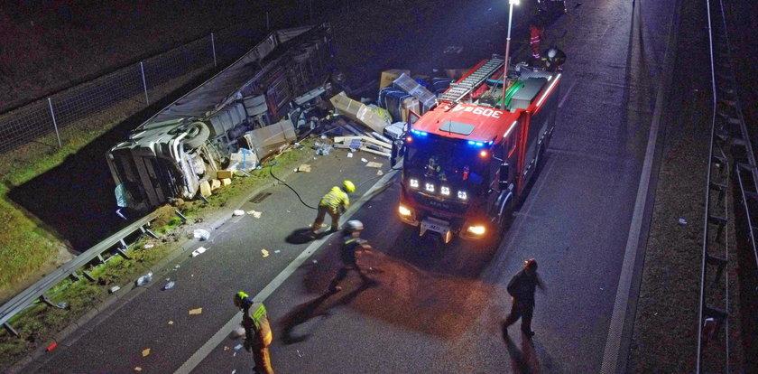 Ciężarówka uderzyła w busa na S3. Jedna osoba w ciężkim stanie