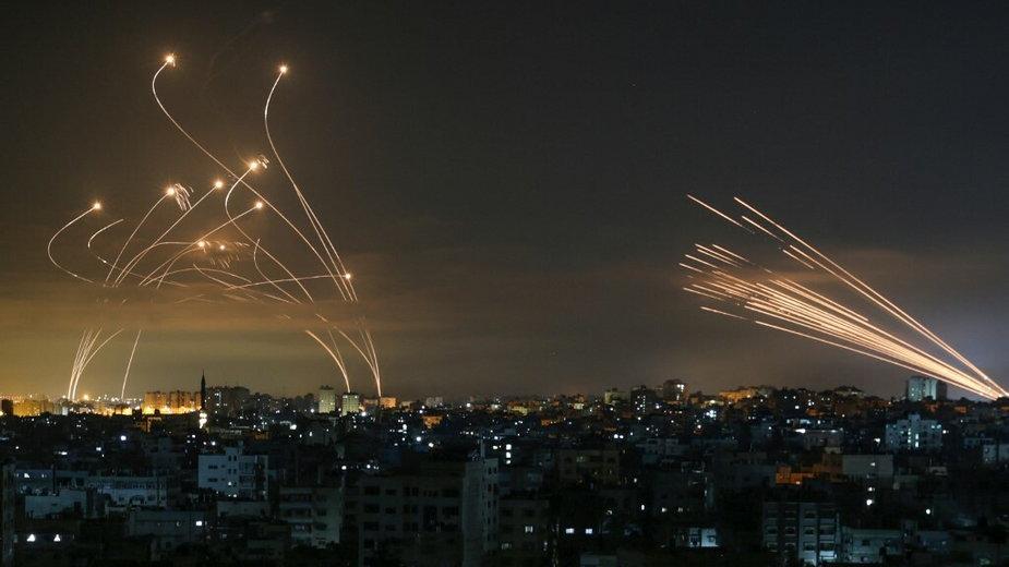 Rakiety są widoczne na nocnym niebie wystrzelone w kierunku Izraela z Beit Lahia w północnej części Strefy Gazy 14 maja 2021 r.