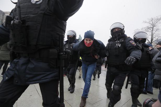 Protesty, których uczestnicy żądali zwolnienia Nawalnego z aresztu śledczego, odbyły się w sobotę w ponad 100 miastach Rosji.