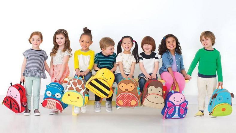 Najlepiej będzie, jeśli dziecko samo wybierze swój plecak, bo kwestie estetyczne są dla niego bardzo ważne. Rodzice zaś powinni sprawdzić, z jakiego materiału plecak jest wykonany i jakie ma zapięcie. Dobry plecak, np. Zoo Skip Hop, nie zawiera BPA (bisfenol A – stosowany do produkcji tworzyw sztucznych), ftalanów (używane do zmiękczania tworzyw sztucznych) i PVC. Dodatkowym atutem jest materiał, który można łatwo wyczyścić