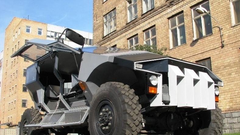 Nowy terenowy samochód ZIŁ-a ma ponad 6 metrów długości. Rozstaw osi - niemal 4 m. Potwór waży przeszło 4,5 tony. Silnik?