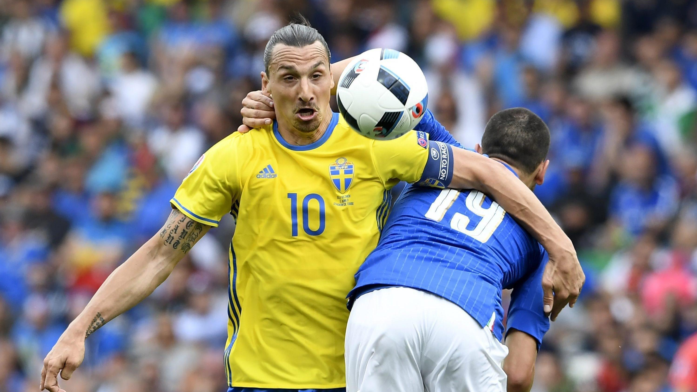 5f86db0d3 Lewandowski i Boniek dostali koszulkę Ibrahimovicia - EURO 2016