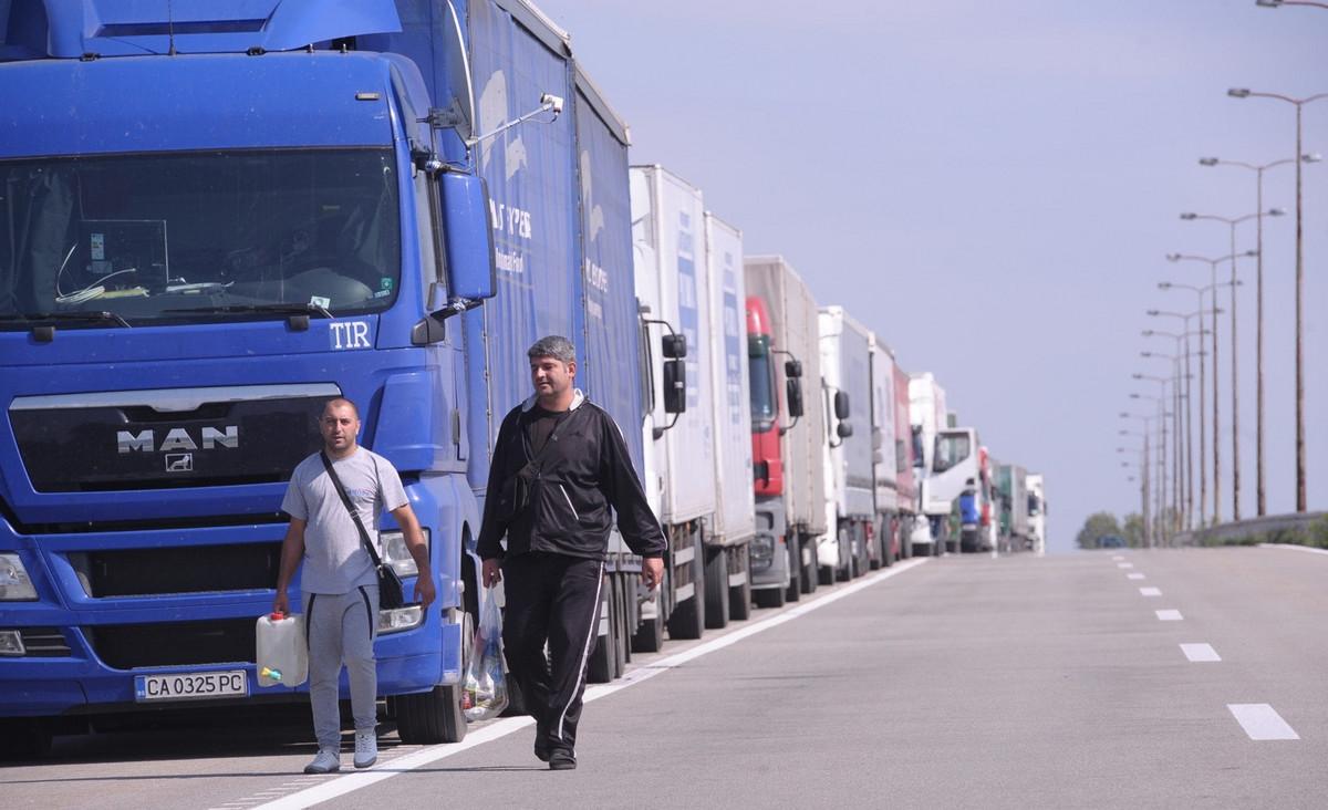 Kamioni na Batrovcima cekaju pet sati, povoljni vremenski uslovi za voznju