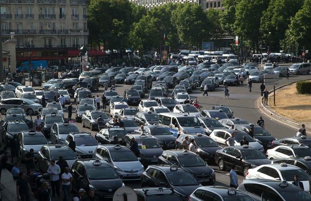 Taksisti su blokirali prilaze pariskim aerodromima