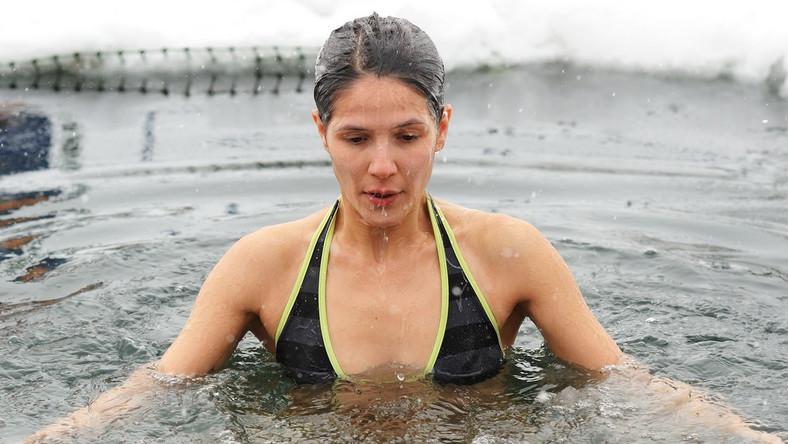 Morsowanie. Kobieta i kąpiel w lodowatej wodzie