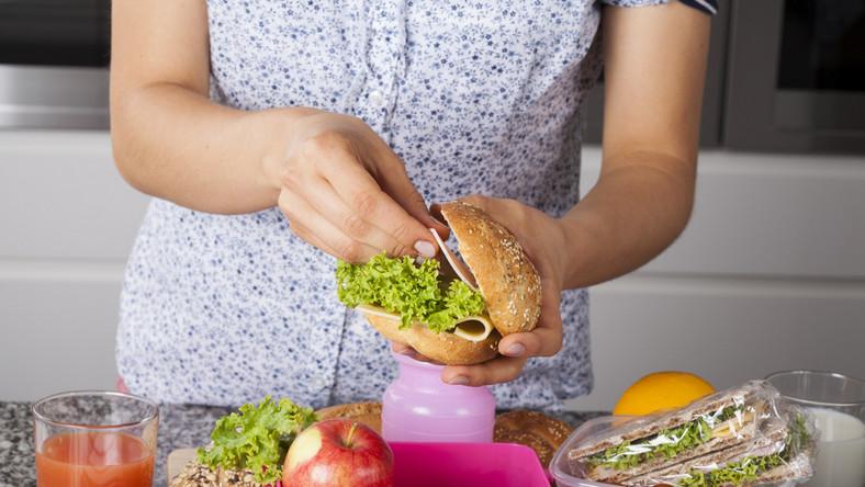 Kobieta przygotowująca drugie śniadanie