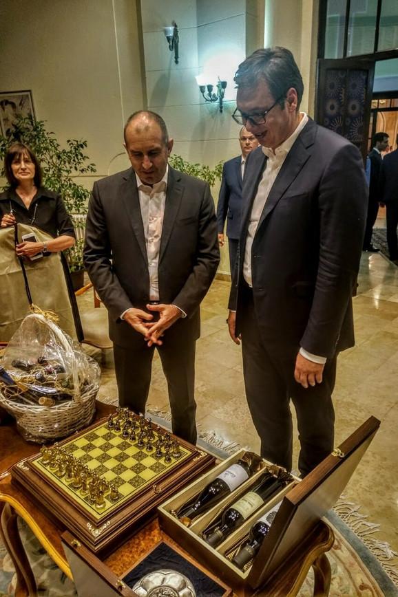 Predsednici Srbije i Bugarske, Aleksandar Vučić i Rumen Radev razmenili su poklone