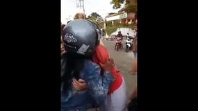 Turystka została okradziona, ale postanowiła dać złodziejce pieniądze i ją przytulić