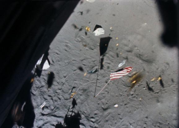 mesec zastava