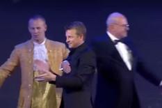 PUBLIKA U NEVERICI ZBOG PIJANOG FINCA Skandal na dodeli FIA nagrada: Raikonen se teturao po bini i grlio sa Fetelom /VIDEO/