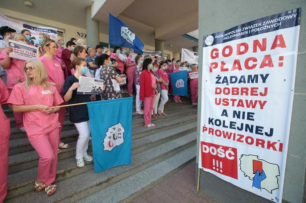 Protest pielęgniarek przed Szpitalem Wojewódzkim w Kielcech