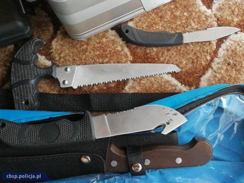 Policjanci podczas przeszukania zabezpieczyli nielegalną broń palną i amunicję, jak również maczetę