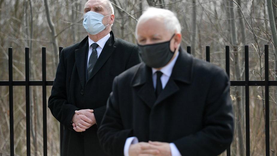 Antoni Macierewicz stoi za Jarosławem Kaczyńskim podczas obchodów 11. rocznicy katastrofy smoleńskiej