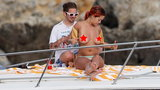 Rita Ora świeci nagim biustem w Toskanii