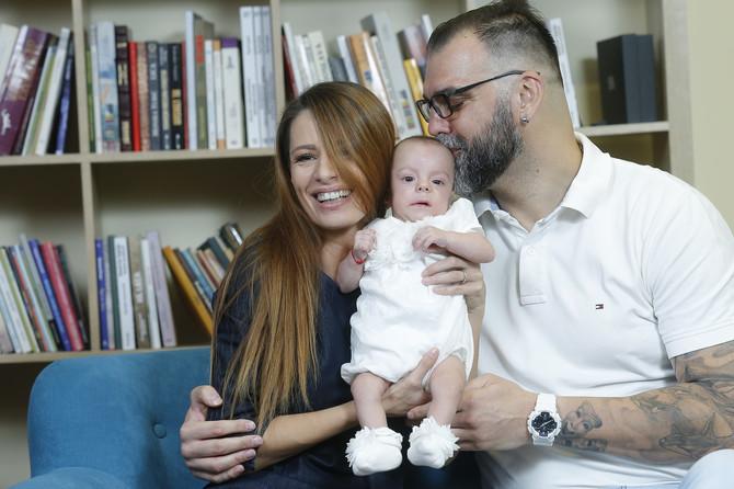 Svi kažu da Milica liči na tatu, a mama dodaje da ima nešto i na nju- podiže obrvice kao Ivana