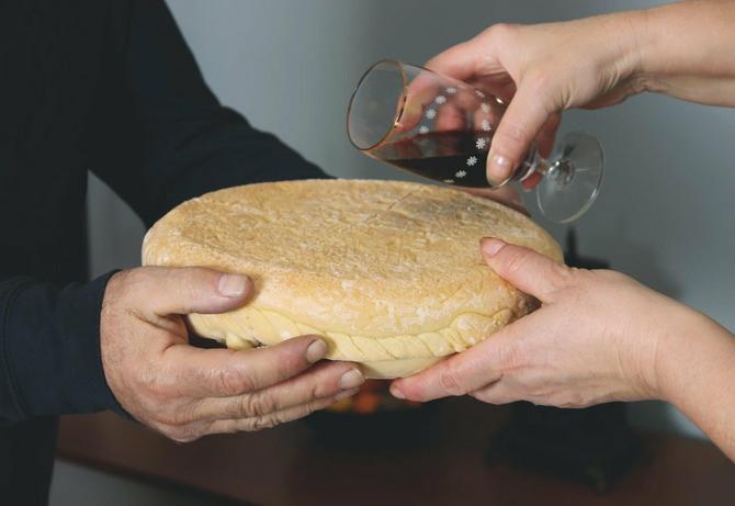 Slavski kolač se lomi u crkvi  ili u kući svečara, najbolje uz prisustvo sveštenika