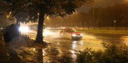 Armagedon w Warszawie. Oberwanie chmury, burza z piorunami i zalane ulice
