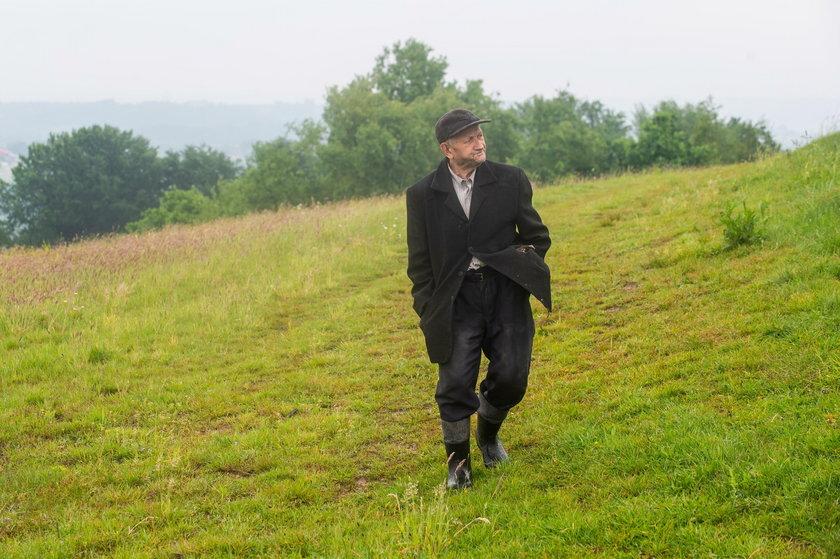 Józef Kuraś w drodze do sklepu