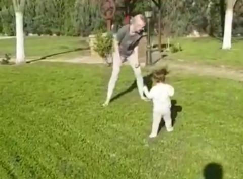 Predivni momenti porodične idile u Čeneju: PROHODALA ĆERKA Nataše Bekvalac! Video