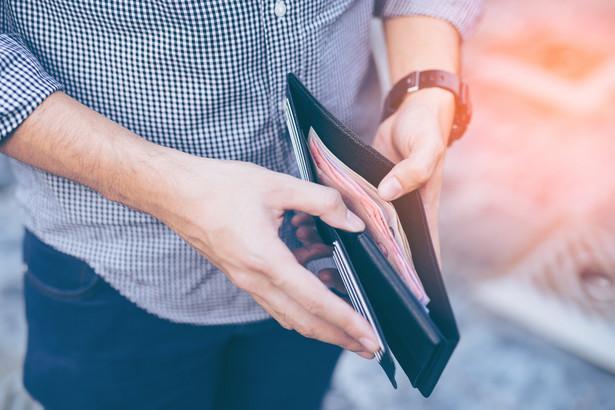 Zmniejszenia wynagrodzenia z powodu epidemii koronawirusa obawia się 59% Polaków, podczas gdy utraty pracy lęka się 38% - w większości przypadków te obawy nie znajdują jednak na razie potwierdzenia w deklaracjach pracodawców, wynika z badania przeprowadzonego przez IMAS International na zlecenie Krajowego Rejestru Długów (KRD).